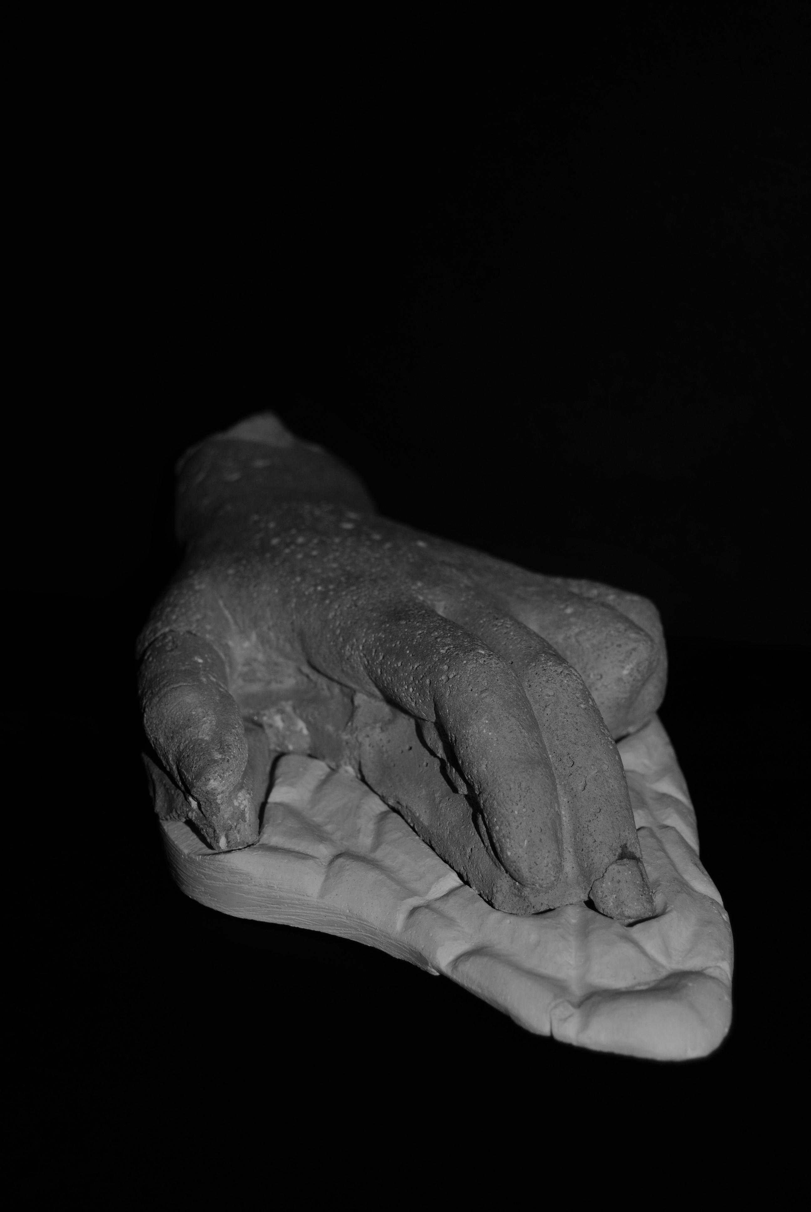 La mano que descansa