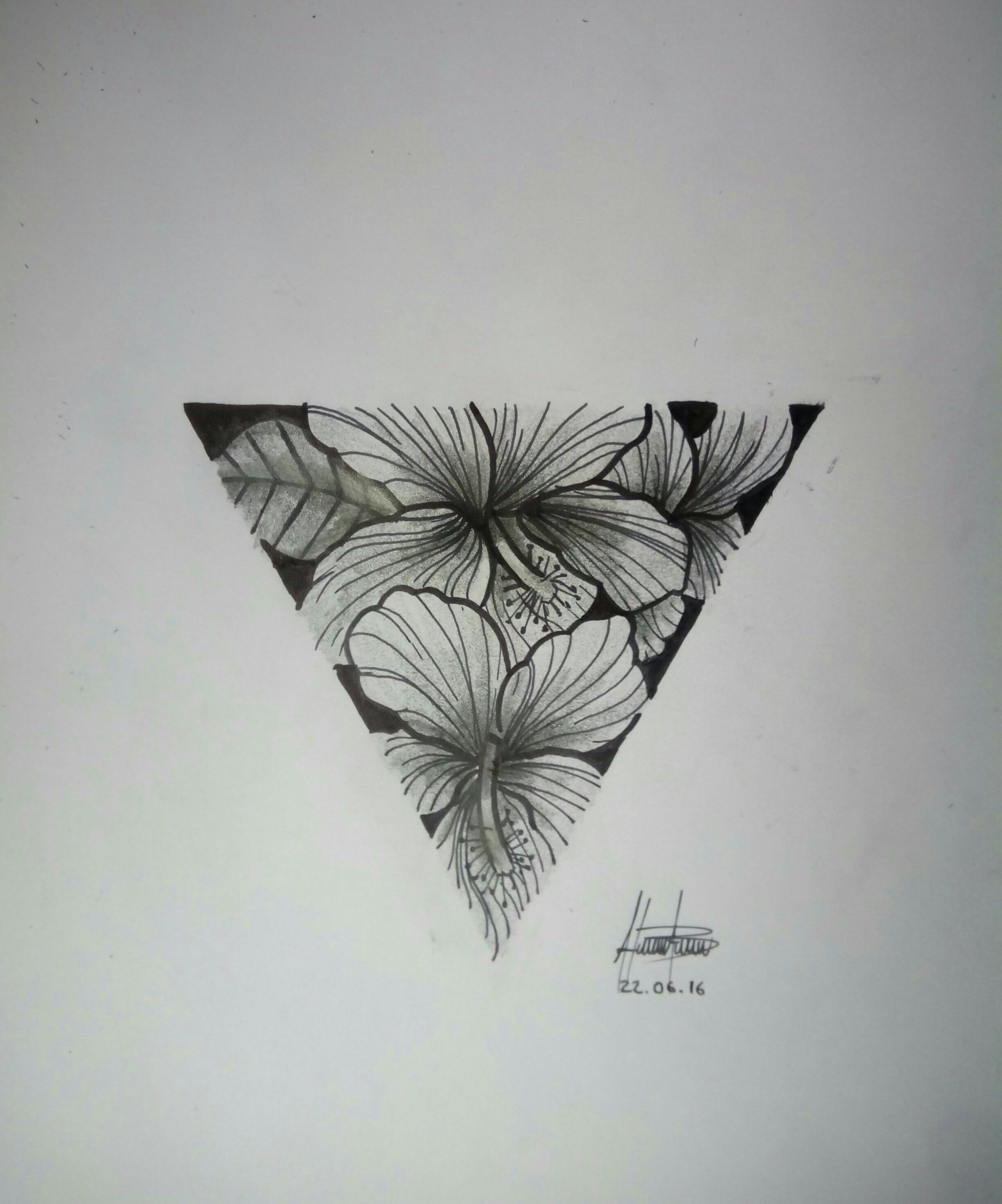 Triangulo y flores