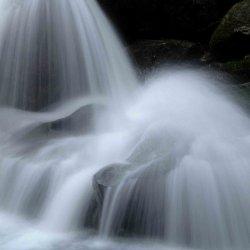 Salto de agua con velocidad lenta.
