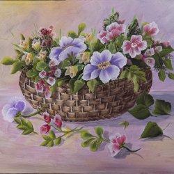 Cesta de mimbre con flores