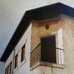 Pradoluengo. Balcón en esquina