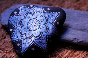 Piedra del Montseny pintada en azul metalizado sobre negro