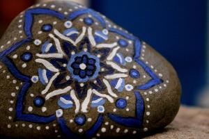 Piedra de la Costa Brava pintada con acrílico a pincel en tonos azulados