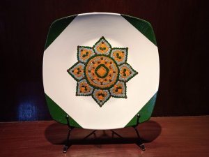 DECORATIVE OR ORNAMENTAL PORCELAIN PLATE PAINTED BY HAND.
