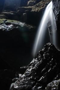 Cascada en el interior de una cueva.