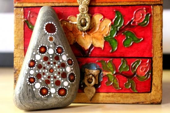 Piedra de la Costa Brava pintada con acrílico a pincel en tonos calidos