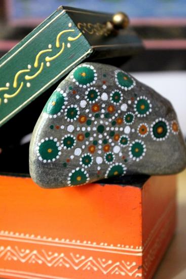 Piedra de la Costa Brava pintada con acrílico a pincel en tonos verdes y naranjas