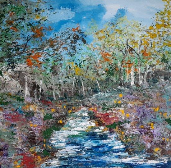 Un río en medio del bosque en primavera